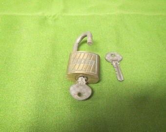 vintage REESE Padlock with 2 keys,  Reese lock in good working condition