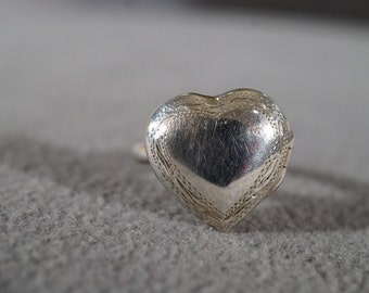 Vintage Art Deco Jewelry Opening Locket Style Sterling Silver Heart Adorned With Etching Size 5     KW28