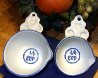 Pflatzgraff Yorktowne Measuring Cups Vintage Pflatzgraff Stoneware White Blue Measuring Cups