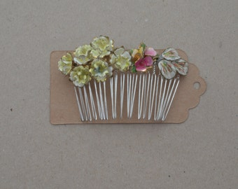 Flower hair comb with yellow hues.