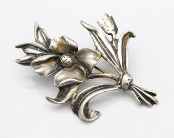Vintage Flower Spray Brooch in Solid Sterling Silver. [9798]