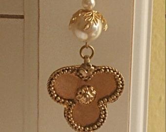 Beautiful Vintage Goldtone Metal Faux Pearl Victorian Medallion Necklace