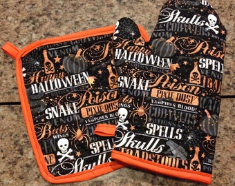 Black and orange halloween spells insulated/quilted oven mitt and pot holder set