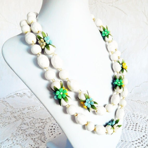 White Bead And Flower Necklace Vintage 1960s Plastic Bead