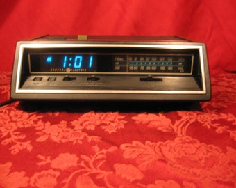 """FREE SHIPPING! General Electric Vintage  Digital Alarm Clock/Radio with """"Insta-Temp"""" and cool Blue Display! Brought to you by UsefulRetro."""