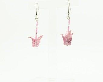Bijou en origami. Boucles d'oreilles origami grue. Grue rose avec pois blancs. Bijou pour petite fille. Hypoallergenique. Fait-main.