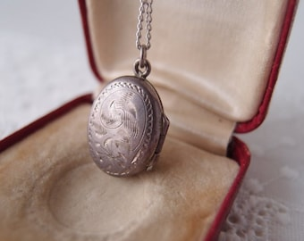 vintage locket / Sterling Silver oval locket necklace & chain