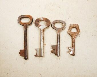 Old Rusty Keys - Set of 4 - Steampunk Supplies - k88