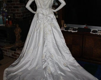 REDUCE  Price Vintage MON CHERI Wedding Dress White Lace Floral Beaded Bridal Gown Dress Plus Size 20 Short Sleeves