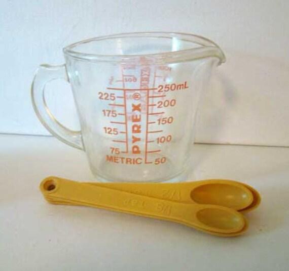 vintage glass pyrex measuring cup with vintage measuring. Black Bedroom Furniture Sets. Home Design Ideas