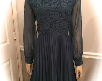 Beautiful Vintage Navy 70's dress with lace and sheer sleeves / Medium