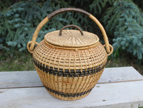 large woven basket with lid and handle beehive shape beehive. Black Bedroom Furniture Sets. Home Design Ideas