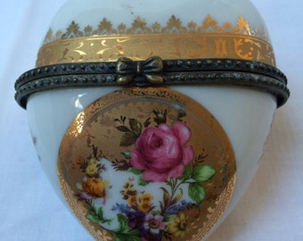 French heart shaped enamelled casket Height 7.5cm Width 6.5cm