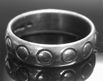 3.4g Hallmarked 925 Sterling Silver 'Circles' Design Decorated Band.