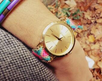 Montre femme - cadran doré - bracelet brésilien - chaîne dorée - bijou - bracelet coloré - pompons - été - cadeau femme - pastel