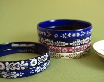 Österreichischen Emaille Armreif, blau mit handbemalten weißen und goldenen Blumendekor, traditionelle Volkskunst, Trachtenschmuck
