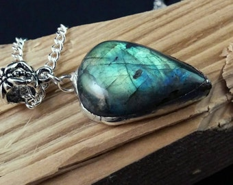 "Green/blue flashy Labradorite from Madagascar with 18"" silver chain"