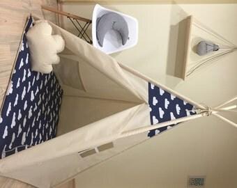 Modèle READY TO SHIP bleu marine avec des nuages blancs sur le coton naturel, tipi enfant jouer tente avec un tapis de jeu de plancher rembourré + coussin