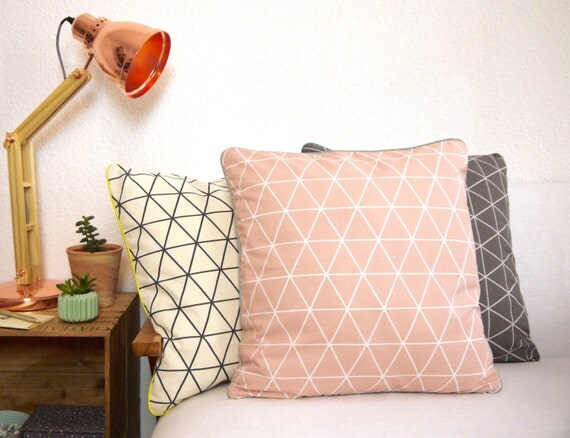 coussin rose poudr graphique g om trique scandinave moderne. Black Bedroom Furniture Sets. Home Design Ideas