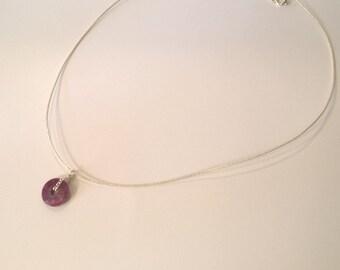 Collier cordon ras du cou en soie japonaise argentée et rubis forme donut, a porter en toutes circonstances, cadeau pour elle