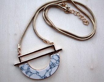 Collier géométrique doré | Bijou demi cercle effet marbre  blanc | Chic et Tendance | Idée cadeau à offrir | Pour elle pour tous les jours