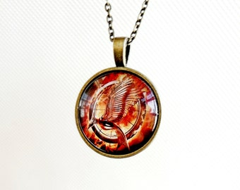 Necklace Hunger Games logo, catching fire pendant mockingjay round, accessories film sign fans, glass caboshon movie necklace chain,