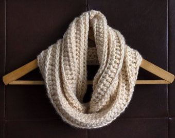 Crochet cowl / Infinity scarf / Picture: Ivory