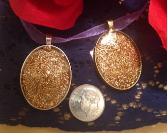 Sparkling gold pendant