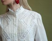 white cotton crochet lace pintuck blouse / ruffle collar blouse / 70s romantic blouse / s / 1415t