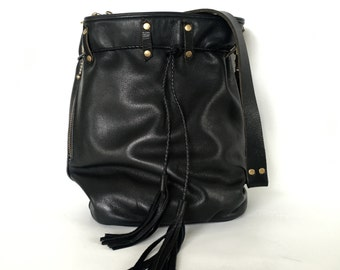 Medium leather bucket bag in black/antique brass