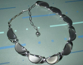 Vintage MOD 60s Charcoal Thermoset Lucite Choker Necklace