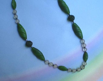Vintage 30s Green and Frosted Glass Beads Choker Necklace