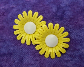 Large Daisy Buttons, 40mm 1-1/2 inch - Bright Yellow Marguerite Floral Shank Buttons - VTG NOS Buttercup Yellow Plastic Flower Buttons PL461