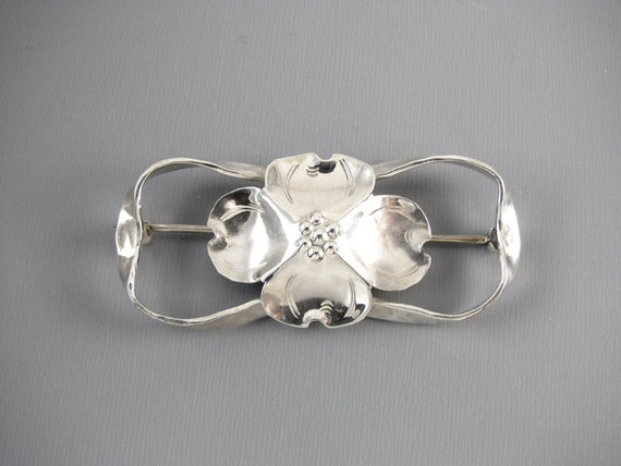 Signed Stuart Nye sterling silver dogwood flower brooch pin