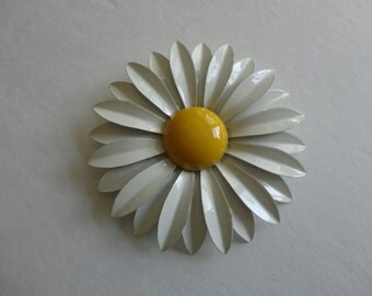VINTAGE 60s white and yellow daisy FLOWER BROOCH