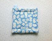 blue daisy insulated potholder