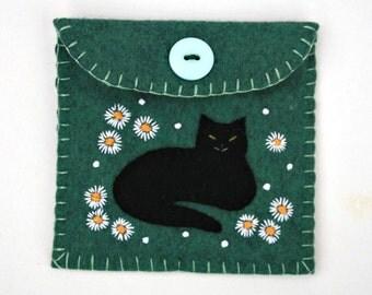 Felt coin purse, cat purse, handmade felt purse, black cat with daisies, green cat coin purse, cat gift bag, cat jewellery pouch.