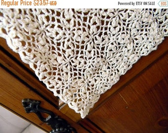 Vintage Linens - Crochet Lace Table Runner in Rich Cream 8076