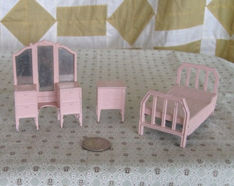Vintage Tootsietoy Dollhouse Bedroom Metal Pink Bed Dresser W/ Mirror End Table 1930s
