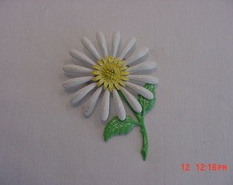 Vintage Metal Enameled Daisy Flower Brooch   16 - 504