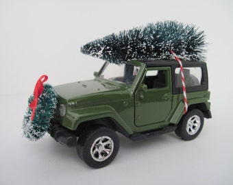 2015 JEEP WRANGLER, Green - Jada 1/32 Scale - Christmas Decoration, Table Decor - Christmas Tree, Wreath