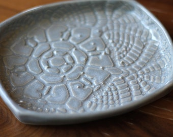 Garlic and Oil Plate - Lace - Pale Gray