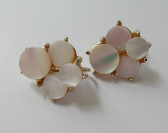 Vintage Mother of Pearl Earrings, White Clip On Earrings, Vintage Earrings, Vintage Jewelry,