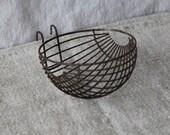 Round wire bird feeder
