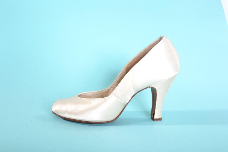 vintage 1940s satin wedding shoes cream babydoll pumps. Black Bedroom Furniture Sets. Home Design Ideas