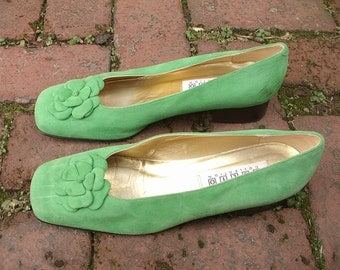 Vintage Saks Fifth Avenue Folio Collection Women's Shoes size 8 1/2 B, Green suede shoes with flowers, green shoes,