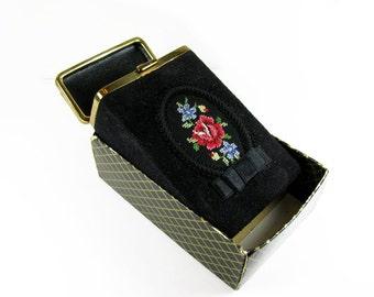 Vintage Cigarette Case Black Suede with Embroidered Pink Rose, 1950's - Le Cas de Cigarettes.