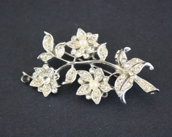 DAMAGED - Vintage Rhinestone and Pearl Floral Novelty Brooch (E6814)