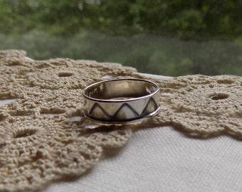 Vintage Sterling Silver Band Ring Zig Zag Design ~ Size 8 ~ 5 mm wide ~ Crown