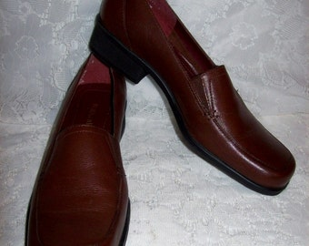 Vintage Ladies Brown Leather Loafers Slip Ons by Naturalizer Size 5 1/2 Only 6 USD